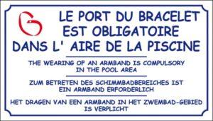 Le port du bracelet est obligatoire dans l'aire de piscine